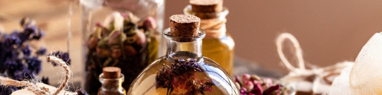 Mit Kräutern aromatisierte Öle für Aromatheraphie